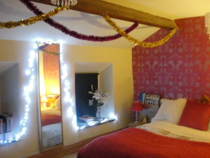 Helen's festive bedroom, very pink!!!