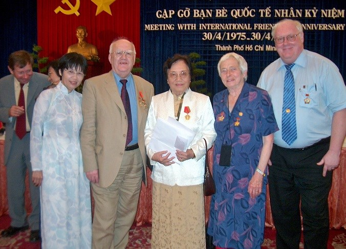 2005 1/5 Recieving orders in Reunification Palace in Ho Chi Minh City from Madame Thi Binh, Len Aldis and Madame Nguyen Thi My Tien fra Ho Chi Minh City Friendship Union (HUFA).