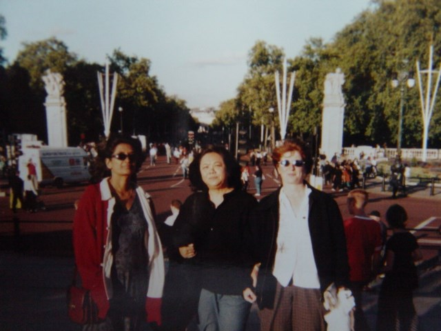 Sinda,Jan,Becky at Kensington Palace in 1997