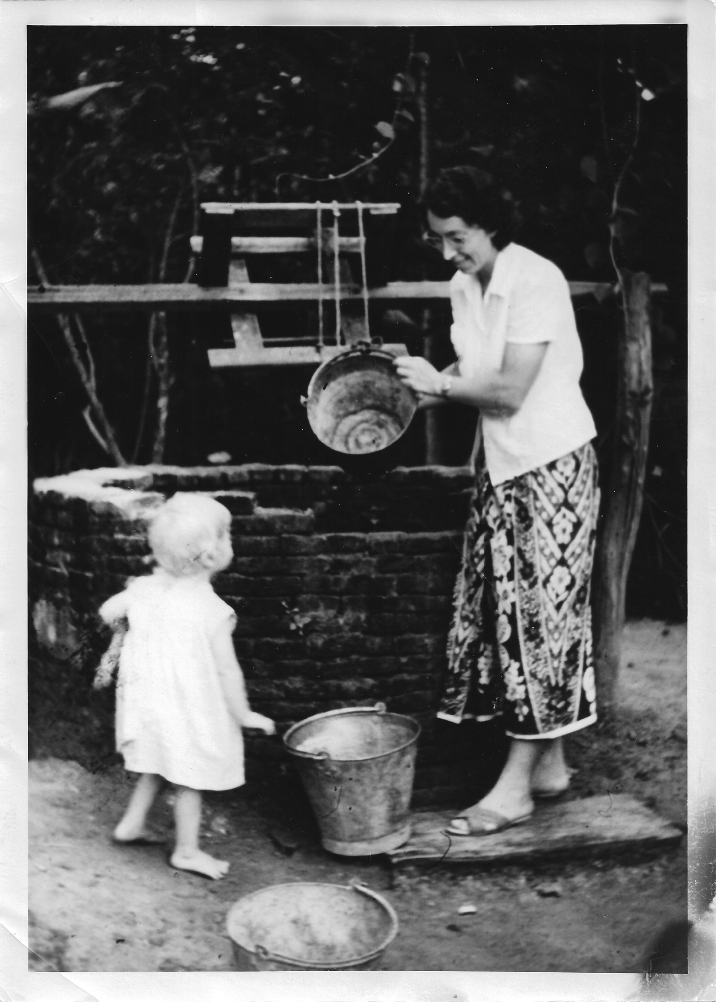 Dorothy in 50s with blonde child - anyone know who is with her?