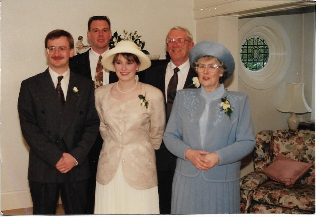 Hamilton family photo at Paul and Romie's wedding day. Strangely Mum looks like she's wearing blue!!